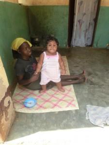 Die kleine Emmanuella macht gute Fortschritte. Noch immer ist sie stark sehgeschädigt und benötigt weiterhin viel Behandlung und Zuwendung.