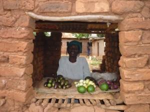 Ruth in ihrem Laden mit einigen Früchten aus ihrem Garten