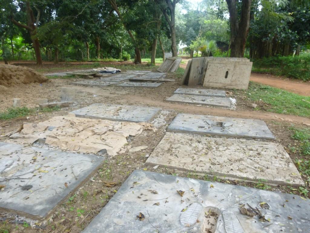 36 Betonplatten für die Latrinen sind fertig und werden an die beteiligten Haushalte verteilt. Weitere 67 Haushalte haben bereits ihre Latrinengruben ausgehoben.