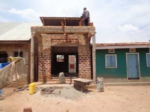 Ein Compunterzentrum für junge Menschen ist am Entstehen. Tukolere Wamu wurde gebeten bei der Fertigstellung zu helfen.