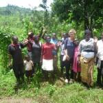 Elgon Ngoma troupe auf einem Bohnen Feld